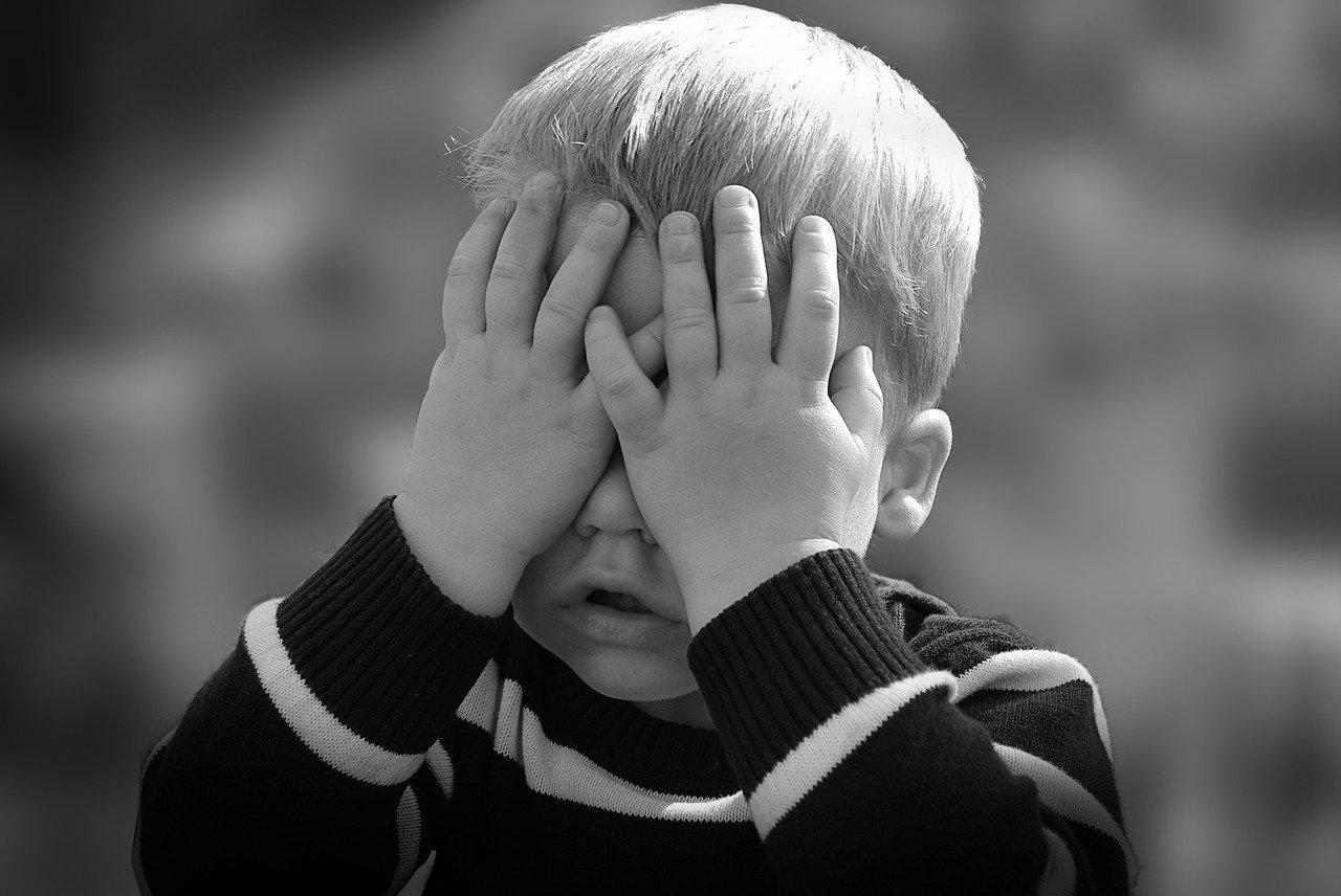 Waarom hoogsensitieve kinderen vaak oogcontact vermijden